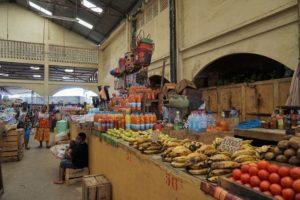 (マダガスカル)ノシベ着! と、ノシベ中心街にあるマーケット内へ。
