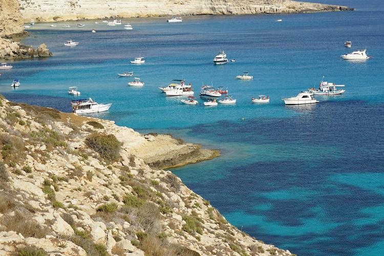 【ランペドゥーザ島②】浮かんで見える船を求めてpart1。ラビットビーチへGO!