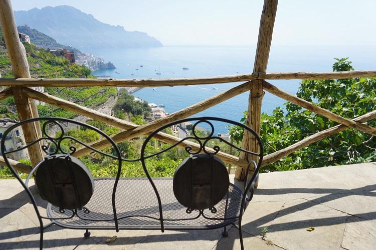 アマルフィーで泊まった、海を望めるバルコニー付きの可愛らしい宿。