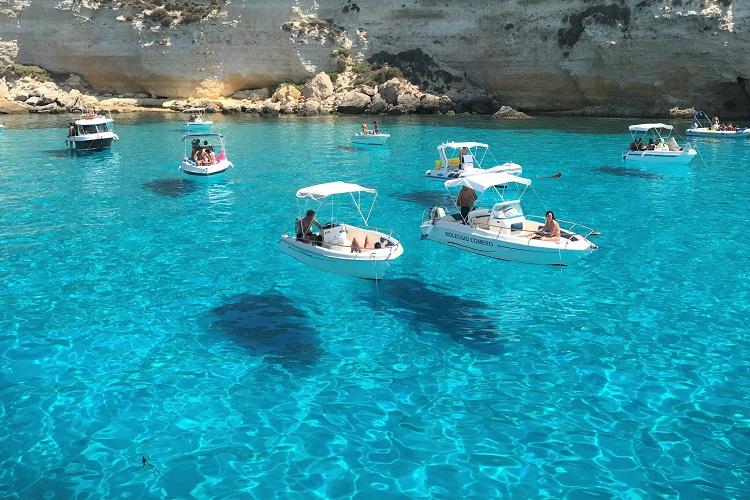 【ランペドゥーザ島③】ついに拝めた!浮かんで見える船の絶景を見るにはボートツアーが断然オススメ!(前編)