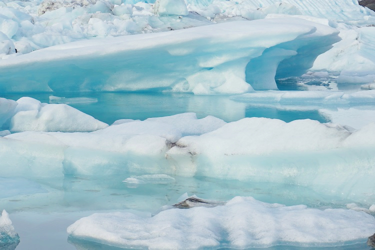 まさに宝石箱! 青く輝く氷河湖とダイヤモンドビーチ。