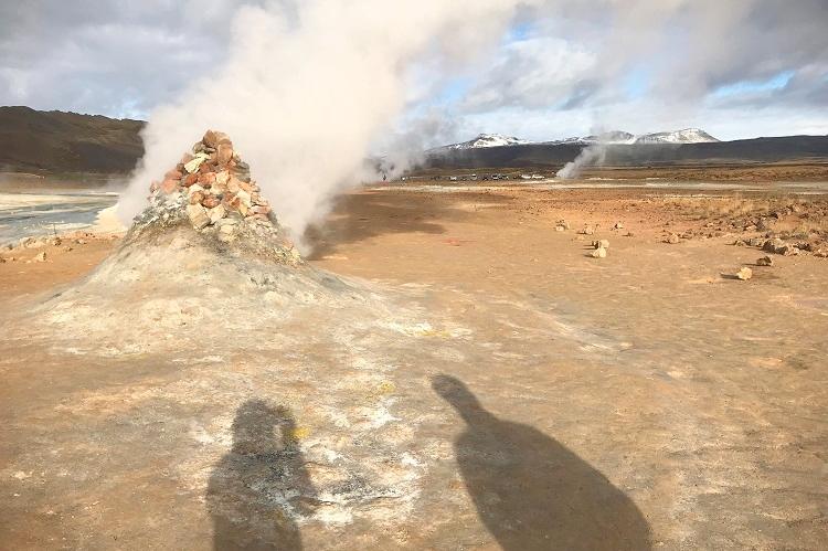 温泉大国アイスランドらしい、濃厚な硫黄の匂いとモクモク湯けむりを感じる場所。