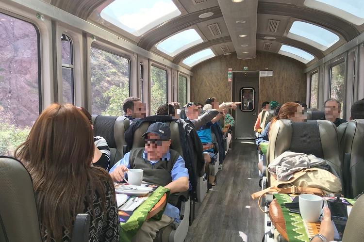 贅沢にも列車で!移動もエンターテインメントなマチュピチュ村への旅路。