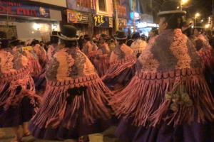 アンデス民族衣装のチョリータさん大行列にメロメロ。あ、あとプーノのお気に入り地元レストラン。